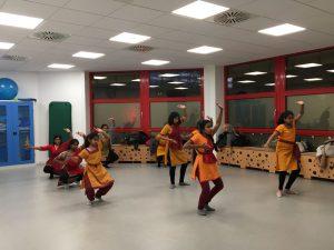 Tamilische Tanzgruppe im Gymnastikraum Vielinbusch
