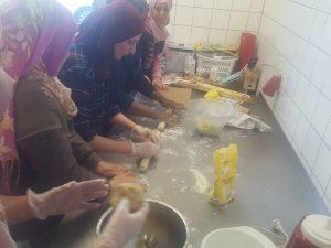 Frauen beim Backen von Keksen